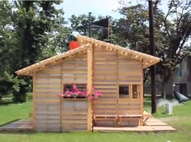 500 pallet house is 256sqft of tiny living perfection off grid world - Construir casita de madera ...