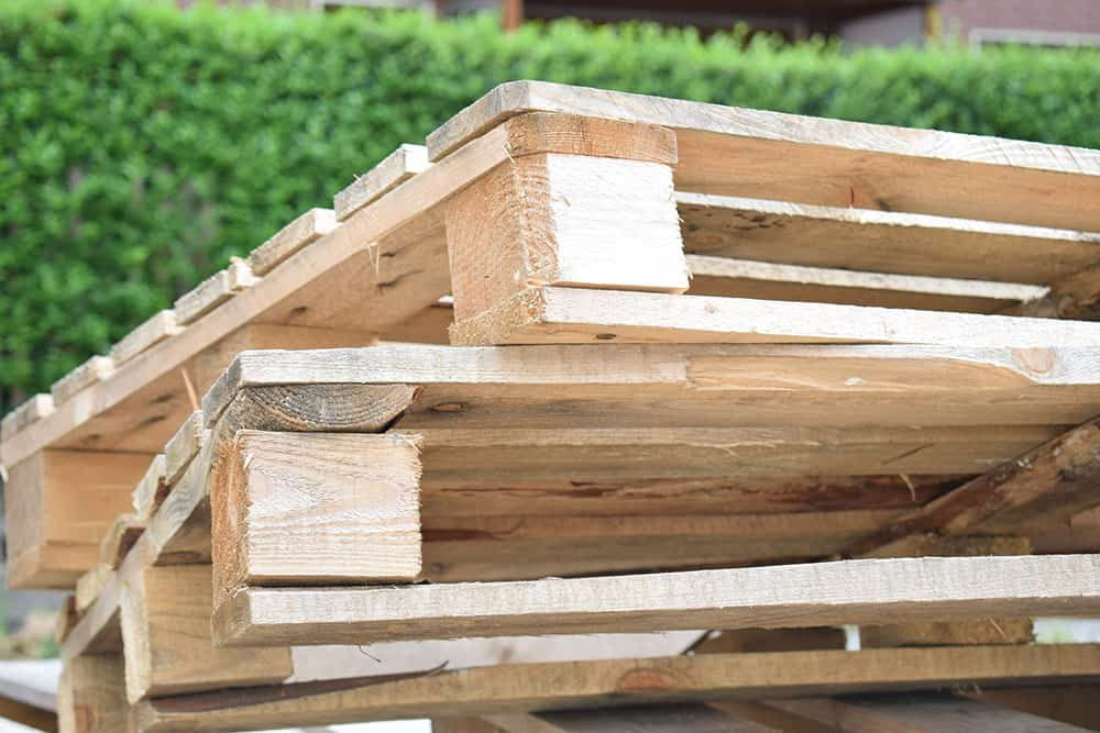 Building with wood pallets