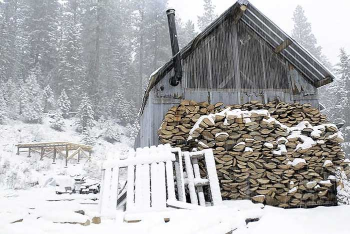 Tiny Off Grid Cabin Cost Around $300 By Using Reclaimed Materials!